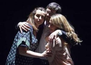 émotions théâtre par les adultes confirmés des Atth à Nantes, sur scène après le spectacle. Grand moment d'émotions pour cette troupe amateur