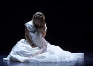 adultes théâtre élèves amateurs sur scène spectacle de fin d'année, séquence émotion forte élève joue le répertoire dramatique